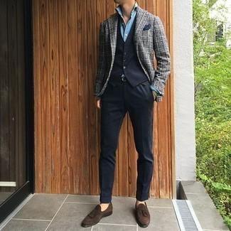 Come indossare e abbinare un gilet nero: Metti un gilet nero e pantaloni eleganti neri come un vero gentiluomo. Mettiti un paio di mocassini con nappine in pelle scamosciata marrone scuro per un tocco più rilassato.