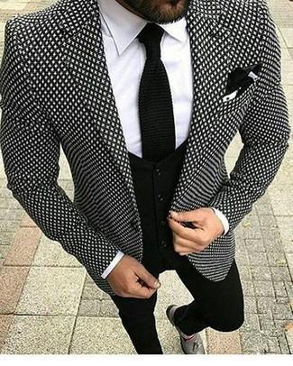 Come indossare e abbinare una cravatta lavorata a maglia nera: Indossa un blazer stampato nero e bianco con una cravatta lavorata a maglia nera come un vero gentiluomo. Ispirati all'eleganza di Luca Argentero e completa il tuo look con un paio di mocassini con nappine in pelle grigi.