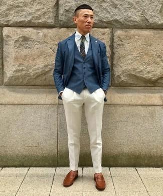 Come indossare e abbinare un gilet blu scuro: Prova a combinare un gilet blu scuro con pantaloni eleganti bianchi per una silhouette classica e raffinata Per un look più rilassato, scegli un paio di mocassini eleganti in pelle marroni come calzature.