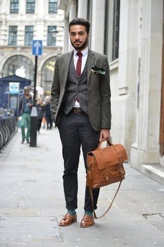 Come indossare e abbinare calzini verde scuro: Potresti indossare un blazer verde scuro e calzini verde scuro per un look comfy-casual. Mostra il tuo gusto per le calzature di alta classe con un paio di mocassini con nappine in pelle marroni.