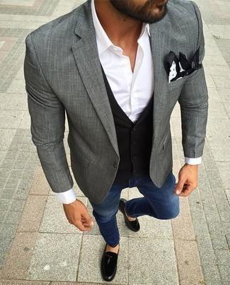 Come indossare e abbinare un gilet nero: Sfodera un look elegante con un gilet nero e jeans blu. Un paio di mocassini con nappine in pelle scamosciata neri darà un tocco di forza e virilità a ogni completo.