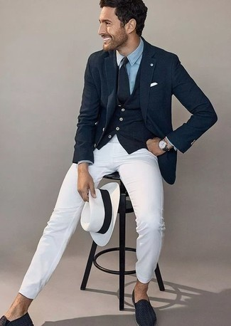 Come indossare e abbinare un gilet blu scuro: Opta per un gilet blu scuro e chino bianchi come un vero gentiluomo. Completa questo look con un paio di mocassini eleganti in pelle tessuti blu scuro.