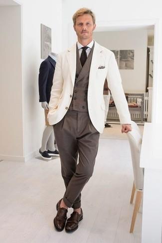 Come indossare e abbinare una camicia elegante bianca: Coniuga una camicia elegante bianca con pantaloni eleganti marroni come un vero gentiluomo. Perché non aggiungere un paio di scarpe double monk in pelle marrone scuro per un tocco più rilassato?