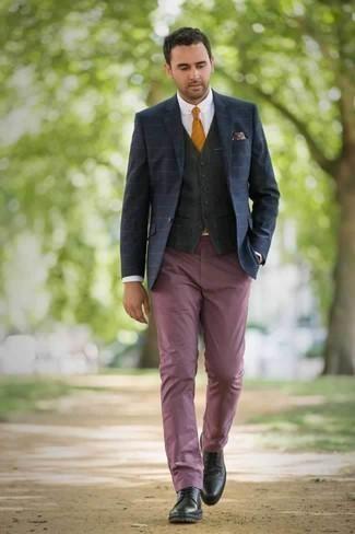 Come indossare e abbinare una cravatta arancione: Sfodera un look elegante con un blazer a righe orizzontali blu scuro e una cravatta arancione. Perfeziona questo look con un paio di scarpe derby in pelle nere.