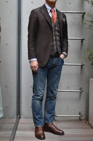Look alla moda per uomo: Blazer marrone scuro, Gilet scozzese grigio scuro, Camicia elegante azzurra, Jeans blu