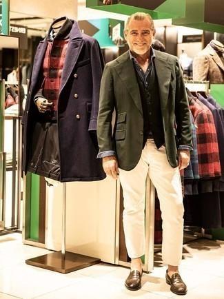 Moda uomo anni 50: Potresti abbinare un blazer verde oliva con jeans beige per un look elegante ma non troppo appariscente. Prova con un paio di mocassini eleganti in pelle marroni per dare un tocco classico al completo.