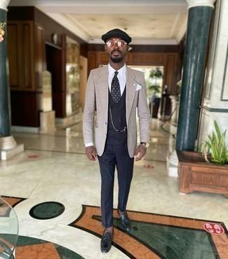 Moda uomo anni 40: Metti un gilet blu scuro e pantaloni eleganti blu scuro per essere sofisticato e di classe.