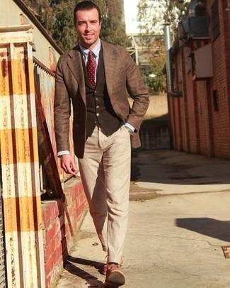 Trend da uomo 2020: Potresti abbinare un blazer scozzese marrone con pantaloni eleganti beige per un look elegante e alla moda.