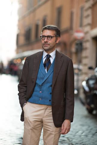Moda uomo anni 40: Vestiti con un blazer marrone scuro e pantaloni eleganti marrone chiaro per un look elegante e alla moda.