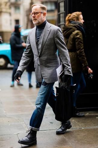 Come indossare: blazer grigio, gilet grigio, dolcevita nero, jeans strappati blu