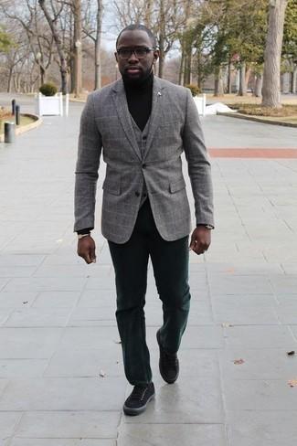 Come indossare e abbinare un dolcevita nero: Mostra il tuo stile in un dolcevita nero con chino verde scuro per un look trendy e alla mano. Per un look più rilassato, scegli un paio di sneakers basse di tela nere.