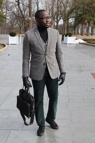 Come indossare e abbinare un dolcevita nero: Coniuga un dolcevita nero con chino verde scuro per affrontare con facilità la tua giornata. Per distinguerti dagli altri, scegli un paio di sneakers basse di tela nere.