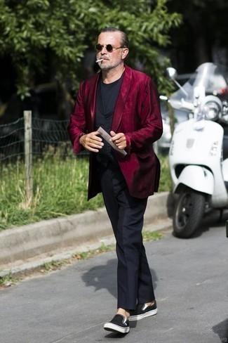 Trend da uomo 2020: Scegli uno stile classico in un blazer bordeaux e pantaloni eleganti neri. Per distinguerti dagli altri, indossa un paio di sneakers senza lacci di tela nere.