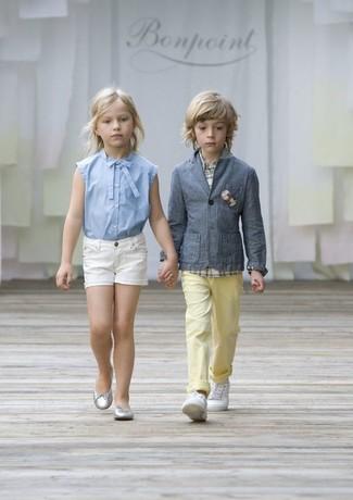 Come indossare: blazer grigio, camicia a maniche lunghe scozzese bianca, pantaloni gialli, sneakers bianche
