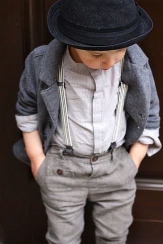 Come indossare e abbinare: blazer grigio, camicia a maniche lunghe bianca, pantaloni grigi, borsalino nero