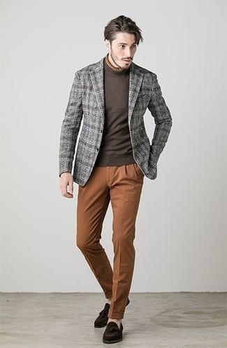Come indossare e abbinare: blazer di lana scozzese grigio, dolcevita marrone scuro, chino terracotta, mocassini con nappine in pelle scamosciata marrone scuro
