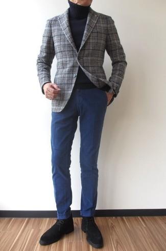 Come indossare e abbinare: blazer di lana scozzese grigio, dolcevita nero, chino blu scuro, chukka in pelle scamosciata nere