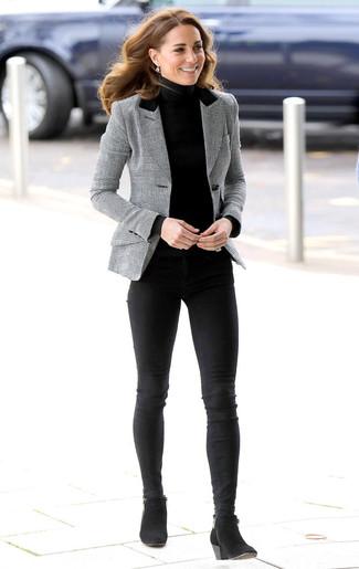 Come indossare: blazer scozzese grigio, dolcevita nero, jeans aderenti neri, stivaletti in pelle scamosciata neri