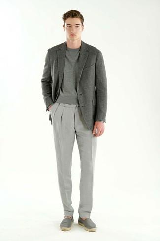 Come indossare: blazer grigio, felpa grigia, pantaloni eleganti grigi, espadrillas di tela grigie