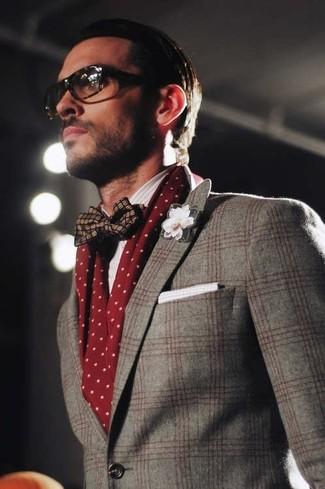 Come indossare e abbinare: blazer di lana scozzese grigio, papillon di seta blu scuro, fazzoletto da taschino di cotone bianco, sciarpa a pois bordeaux