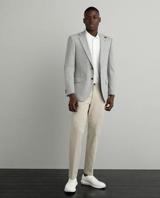 Come indossare e abbinare una giacca: Prova a combinare una giacca con chino marrone chiaro se cerchi uno stile ordinato e alla moda. Sneakers basse di tela bianche creeranno un piacevole contrasto con il resto del look.