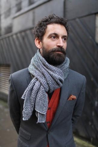Come indossare e abbinare: blazer grigio scuro, cardigan rosso, fazzoletto da taschino stampato arancione, sciarpa con motivo a zigzag grigia
