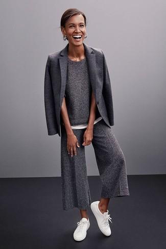 Combina un maglione a maniche corte con una gonna pantalone di lana grigio scuro per un semplice tocco di eleganza. Sneakers basse bianche creeranno un piacevole contrasto con il resto del look.