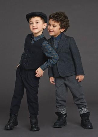 Come indossare: blazer grigio scuro, polo stampato blu scuro, pantaloni sportivi grigio scuro, stivali neri