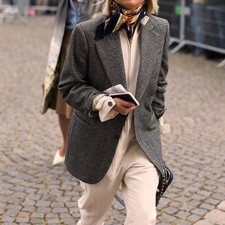 Come indossare e abbinare: blazer di lana a quadri grigio scuro, tuta beige, borsa a tracolla in pelle nera, sciarpa di seta stampata nera