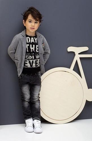 Come indossare: blazer grigio, t-shirt stampata nera e bianca, jeans grigio scuro, sneakers bianche