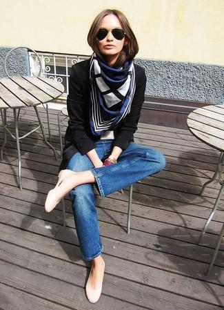 Come indossare e abbinare una sciarpa stampata blu scuro e bianca: Indossa un blazer nero e una sciarpa stampata blu scuro e bianca per una sensazione di semplicità e spensieratezza. Ballerine in pelle beige sono una validissima scelta per completare il look.