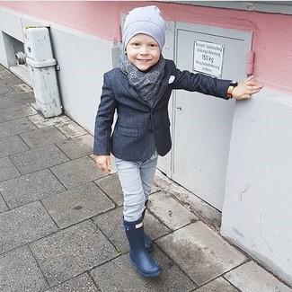 Come indossare e abbinare: blazer grigio scuro, jeans grigi, stivali di gomma blu scuro, berretto grigio