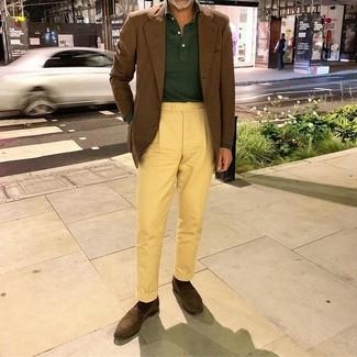 Come indossare e abbinare: blazer marrone, maglia  a polo verde scuro, chino gialli, mocassini eleganti in pelle scamosciata marrone scuro