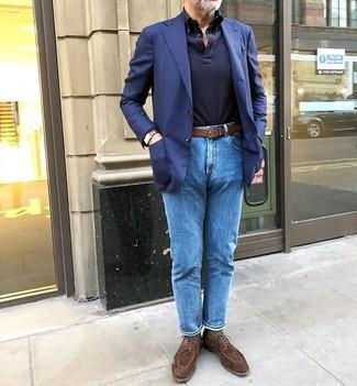 Come indossare e abbinare: blazer blu scuro, maglia  a polo blu scuro, jeans blu, scarpe derby in pelle scamosciata marroni