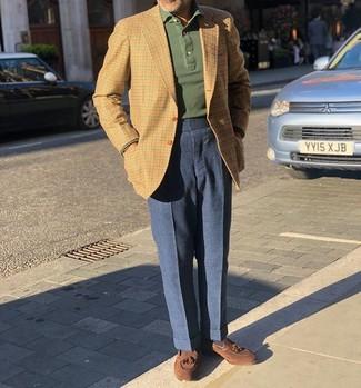 Come indossare e abbinare: blazer a quadretti marrone chiaro, maglia  a polo verde scuro, pantaloni eleganti di lana blu scuro, mocassini con nappine in pelle scamosciata marroni
