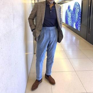 Come indossare e abbinare: blazer scozzese marrone, maglia  a polo blu scuro, pantaloni eleganti di velluto a coste azzurri, mocassini eleganti in pelle scamosciata marroni