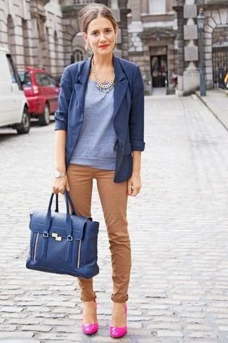 Prova ad abbinare un maglione a maniche corte con pantaloni chino marroni per un'atmosfera casual-cool. Mostra il tuo gusto per le calzature di alta classe con un paio di décolleté in pelle fucsia.