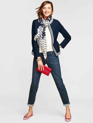 Come indossare e abbinare: blazer blu scuro e bianco, maglione a maniche corte bianco, jeans boyfriend blu scuro, ballerine in pelle bianche e rosse