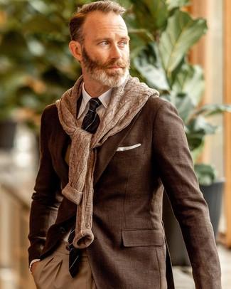 Come indossare e abbinare: blazer marrone, maglione a trecce marrone, camicia elegante bianca, pantaloni eleganti marrone chiaro