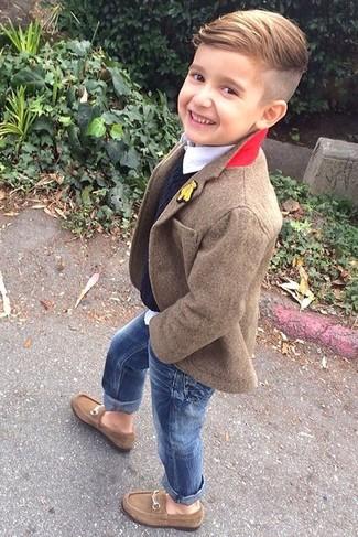 Come indossare e abbinare: blazer marrone, maglione nero, camicia a maniche lunghe bianca, jeans blu