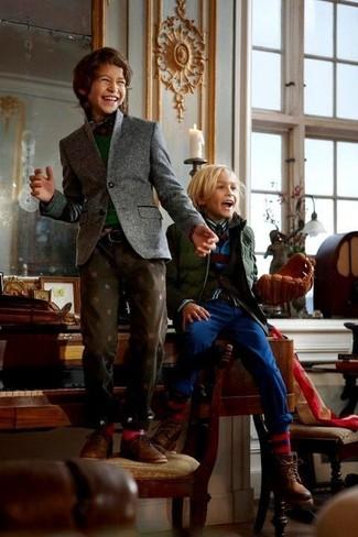 Come indossare e abbinare: blazer grigio, maglione verde scuro, camicia a maniche lunghe scozzese rossa e blu scuro, jeans marrone scuro