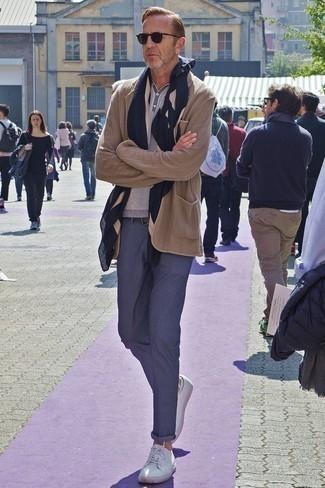 Come indossare e abbinare chino blu scuro: Prova a combinare un blazer lavorato a maglia marrone chiaro con chino blu scuro per un look elegante ma non troppo appariscente. Per un look più rilassato, prova con un paio di sneakers basse in pelle bianche.