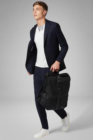 Come indossare e abbinare: blazer blu scuro, maglione con collo serafino bianco, t-shirt girocollo grigia, chino blu scuro