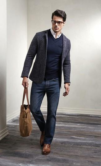 Un blazer di lana grigio scuro e jeans blu scuro sono un outfit perfetto da sfoggiare nel tuo guardaroba. Aggiungi un paio di scarpe derby in pelle marroni al tuo look per migliorare all'istante il tuo stile.