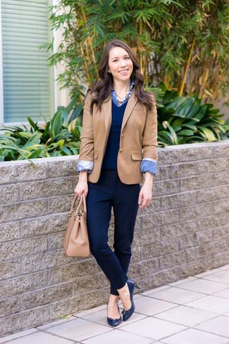 Come indossare: blazer marrone chiaro, maglione con scollo a v blu scuro, camicia di jeans blu, pantaloni eleganti blu scuro
