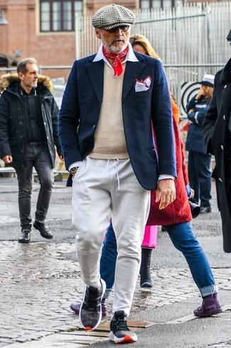 Come indossare e abbinare: blazer di lana blu scuro, maglione con scollo a v beige, camicia elegante bianca, pantaloni sportivi grigi