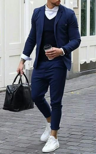 Come indossare: blazer blu scuro, maglione con scollo a v blu scuro, camicia elegante bianca, chino blu scuro