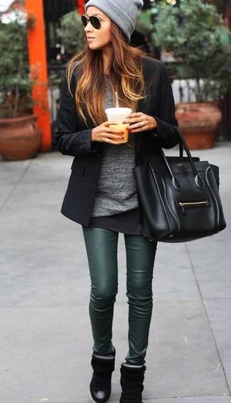 Mostra il tuo stile in un blazer nero con leggings in pelle verde scuro per un look spensierato e alla moda. Aggiungi un paio di sneakers con zeppa nere al tuo look per migliorare all'istante il tuo stile.