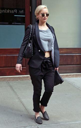 4a27384516 Look alla moda per donna: Blazer nero, Maglione corto grigio ...