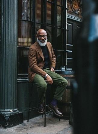 Come indossare e abbinare: blazer di lana scozzese marrone, maglione girocollo nero, camicia a maniche lunghe bianca, pantaloni eleganti di velluto a coste verde scuro
